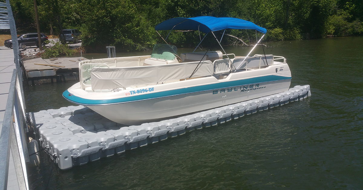 23'-Bayliner-Rendezvous-(Catamaran-style-hull)-25.6-ft.-X-9.6-ft.-94-block-lift